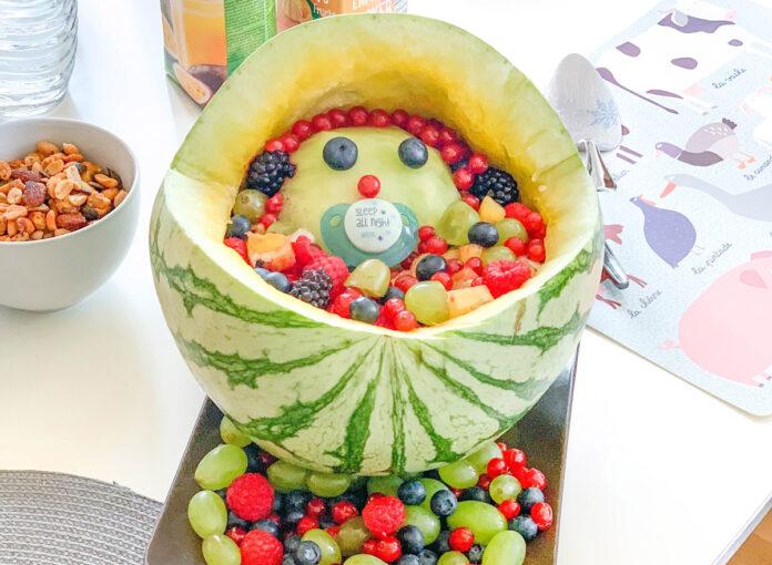 Melonenbaby für die Babyparty /Obstsalat im Kinderwagen